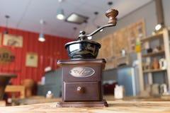 在木桌上的磨咖啡器在咖啡咖啡馆 免版税图库摄影