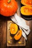 在木桌上的秋天南瓜与黄色叶子 美好的aut 免版税库存图片