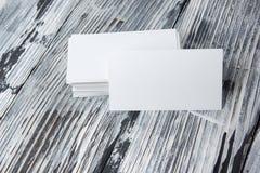 在木桌上的空白的公司本体模板包裹名片 库存照片