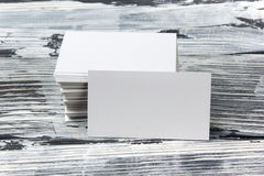 在木桌上的空白的公司本体模板包裹名片 免版税库存图片