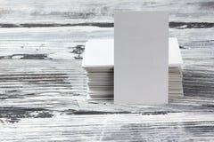 在木桌上的空白的公司本体模板包裹名片 库存图片