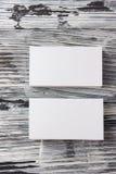 在木桌上的空白的公司本体模板包裹名片 免版税库存照片