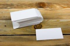 在木桌上的空白的名片 ID的模板 顶视图 库存图片