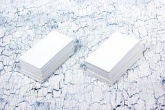 在木桌上的空白的名片 ID的模板 顶视图 免版税库存照片