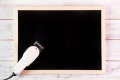 在木桌上的空白的黑板和飞剪机理发师 模板moc 免版税库存图片