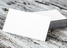 在木桌上的空的名片 免版税库存图片