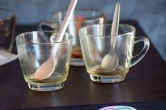 在木桌上的空的咖啡杯 库存照片