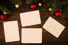 在木桌上的空的老立即照片纸在圣诞节 免版税库存照片