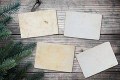 在木桌上的空的老立即照片纸在圣诞节 图库摄影