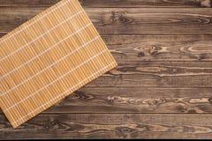 在木桌上的竹席子 免版税库存图片