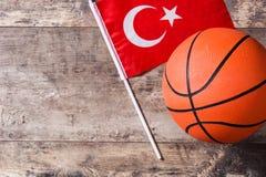 在木桌上的篮球和土耳其旗子 顶视图 库存图片