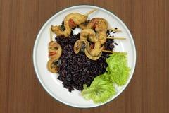 在木桌上的糙米泰国食物 免版税图库摄影