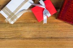在木桌上的红色和白色礼物盒从与拷贝空间的顶视图 圣诞节,新年,给或者生日概念 免版税库存照片