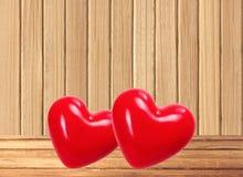 在木桌上的红色心脏在木背景 库存图片