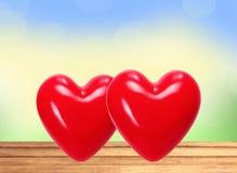 在木桌上的红色心脏在自然背景 库存照片