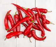 在木桌上的红色意大利辣味香肠胡椒 免版税图库摄影