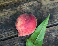 在木桌上的红色桃子果子 库存照片