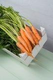在木桌上的红萝卜 免版税库存照片