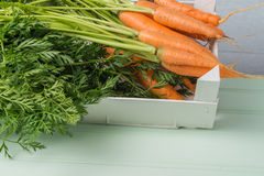 在木桌上的红萝卜 免版税库存图片