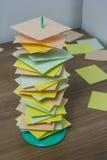 在木桌上的纸持有人立场与五颜六色的卡片 库存图片