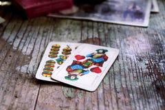 在木桌上的纸牌 免版税库存图片