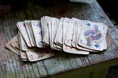 在木桌上的纸牌 库存照片