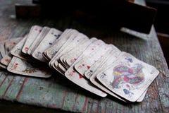 在木桌上的纸牌 免版税图库摄影
