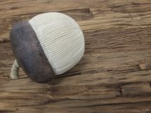 在木桌上的织品橡子 图库摄影