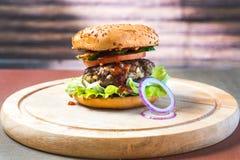 在木桌上的经典bigburger 免版税库存图片