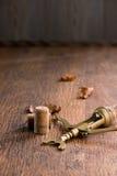 在木桌上的老拔塞螺旋 图库摄影