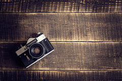 在木桌上的老照相机 免版税图库摄影