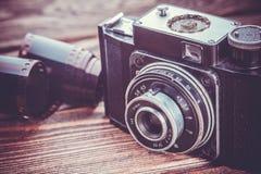 在木桌上的老照相机 免版税库存图片