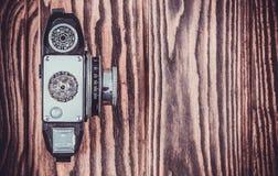 在木桌上的老照相机 免版税库存照片