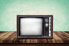 在木桌上的老电视 免版税库存照片