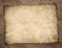在木桌上的老空白的羊皮纸珍宝地图 库存照片