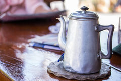在木桌上的老罐子茶或咖啡罐 库存图片