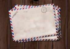 在木桌上的老航空邮寄信封 库存图片