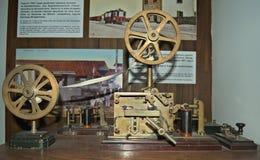 在木桌上的老莫尔斯电报键通信机在博物馆 免版税库存图片