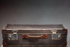 在木桌上的老葡萄酒手提箱 免版税库存图片