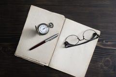 在木桌上的老葡萄酒日志书 免版税库存图片