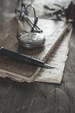 在木桌上的老葡萄酒日志书 免版税图库摄影