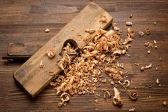 在木桌上的老葡萄酒木匠联合工具 库存照片
