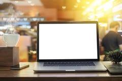在木桌上的膝上型计算机黑屏在咖啡店 库存图片