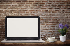 在木桌上的膝上型计算机 免版税库存照片