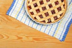 在木桌上的自创樱桃饼 免版税库存照片