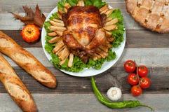 在木桌上的自创烤整个火鸡感恩的 图库摄影