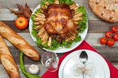 在木桌上的自创烤整个火鸡感恩的 库存图片