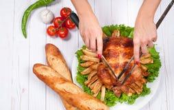 在木桌上的自创烤整个火鸡感恩的 免版税库存照片
