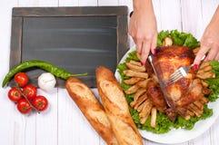 在木桌上的自创烤整个火鸡感恩的 免版税库存图片