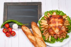 在木桌上的自创烤整个火鸡感恩的 免版税图库摄影